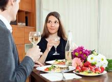 Jonge vrouwen die romantisch diner met haar echtgenoot hebben Stock Fotografie