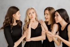 Jonge vrouwen die samen kippenpartij op wit vieren royalty-vrije stock afbeelding