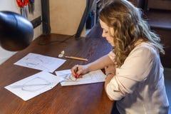 Jonge vrouwen die schets trekken Ontwerp van rugzak royalty-vrije stock afbeeldingen