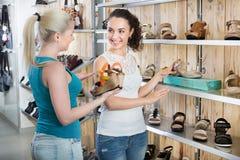 Jonge vrouwen die schoenen selecteren Stock Afbeeldingen