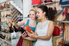 Jonge vrouwen die schoenen selecteren Royalty-vrije Stock Foto's