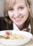 Jonge vrouwen die soep eten Stock Afbeelding