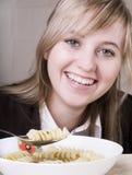 Jonge vrouwen die soep eten Royalty-vrije Stock Afbeelding