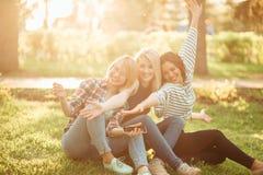 Jonge vrouwen die terwijl het doorbrengen van een dag in aard en het hebben van pret en het lachen genieten van stock afbeeldingen