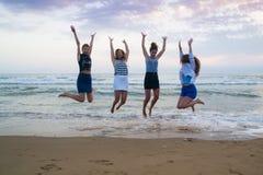Jonge vrouwen die van de zomer genieten Royalty-vrije Stock Afbeeldingen