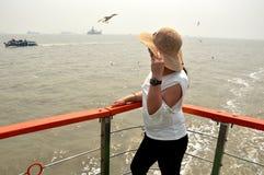 Jonge vrouwen die van zeewater in mumbaioceaan genieten stock foto's