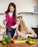 Jonge vrouwen die voedsel koken Royalty-vrije Stock Afbeelding