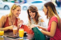 Jonge vrouwen in een koffie na het winkelen stock foto's