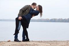 Jonge vrouwen en mannen flirt bij meer Stock Fotografie
