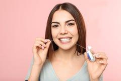 Jonge vrouwen flossing tanden stock afbeeldingen