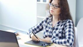 Jonge vrouwen grafische ontwerper die grafiektablet gebruiken stock video