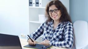 Jonge vrouwen grafische ontwerper die grafiektablet gebruiken stock footage
