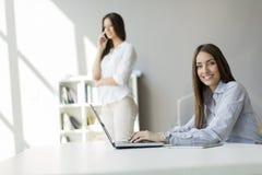 Jonge vrouwen in het bureau Royalty-vrije Stock Foto