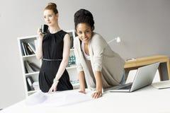 Jonge vrouwen in het bureau Royalty-vrije Stock Afbeeldingen
