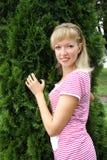 Jonge vrouwen in het park Stock Afbeeldingen