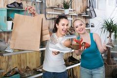 Jonge vrouwen het winkelen schoenen Stock Foto's