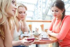 Jonge vrouwen in koffie Royalty-vrije Stock Fotografie