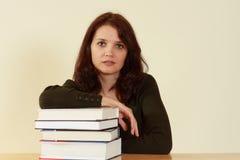 Jonge vrouwen met boeken Royalty-vrije Stock Afbeelding