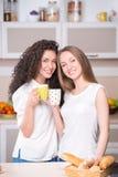 Jonge vrouwen met de ochtendkop theeën Royalty-vrije Stock Fotografie