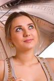 Jonge vrouwen met een zilveren paraplu Royalty-vrije Stock Afbeeldingen