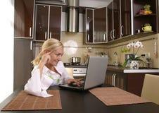 Jonge vrouwen met laptop Royalty-vrije Stock Foto