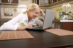 Jonge vrouwen met laptop Royalty-vrije Stock Afbeeldingen