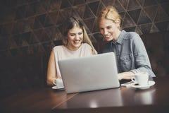 Jonge vrouwen met laptop in de koffie Stock Afbeeldingen