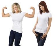 Jonge vrouwen met lege witte overhemden Stock Afbeeldingen