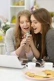 Jonge vrouwen met microfoons Stock Afbeelding