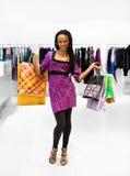 Jonge vrouwen met pakketten in de winkel Stock Foto's