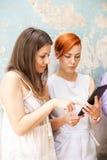 Jonge vrouwen met tablet Stock Foto