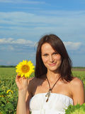 Jonge vrouwen met zonnebloemen Royalty-vrije Stock Foto
