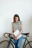 Jonge vrouwen nippende koffie of thee en het lezen van tijdschrift Stock Foto's