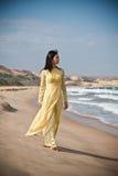 Jonge vrouwen op het strand royalty-vrije stock afbeelding