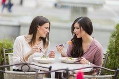 Jonge vrouwen in restaurant Royalty-vrije Stock Afbeeldingen