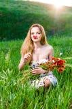 Jonge Vrouwen ruikende papaver, boeket Stock Afbeeldingen