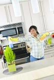 Jonge vrouwen schoonmakende keuken Stock Foto's