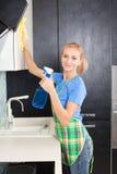 Jonge vrouwen schoonmakende keuken royalty-vrije stock foto's