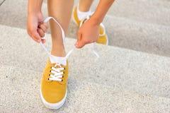 Jonge vrouwen skateboarder bindende schoenveter Royalty-vrije Stock Fotografie