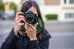 Jonge vrouwen stellende fotograaf Royalty-vrije Stock Foto