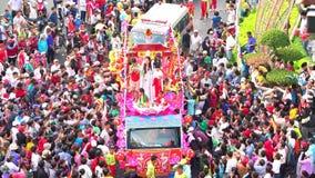 Jonge vrouwen van de festival zegenen de Chinese Lantaarn als bodhisattvaplacentation mensenparade op straat stock videobeelden