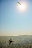 Jonge vrouwen vlieger-surfer stock foto
