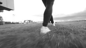 Jonge vrouwenacrobaat die sprongen uitvoeren in openlucht bij achtergrondcityscape stock videobeelden