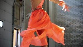 Jonge vrouwenballerina die elegant prestaties maken Het be?indigen van het element stock video