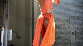 Jonge vrouwenballerina die elegant prestaties maken Het vallen op de vloer en het opstaan stock videobeelden