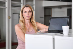 Jonge vrouwencomputer Royalty-vrije Stock Fotografie