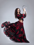 Jonge vrouwendans in zigeuner met tamboerijn Stock Fotografie