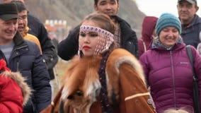 Jonge vrouwendanser in nationale kleding inheems die Kamchatka met rode vos wordt verfraaid stock video