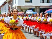 Jonge vrouwendansers in typische kostuums van Azuay-provincie royalty-vrije stock foto