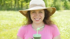 Jonge vrouwendrank die gezonde detox in openlucht houden stock footage